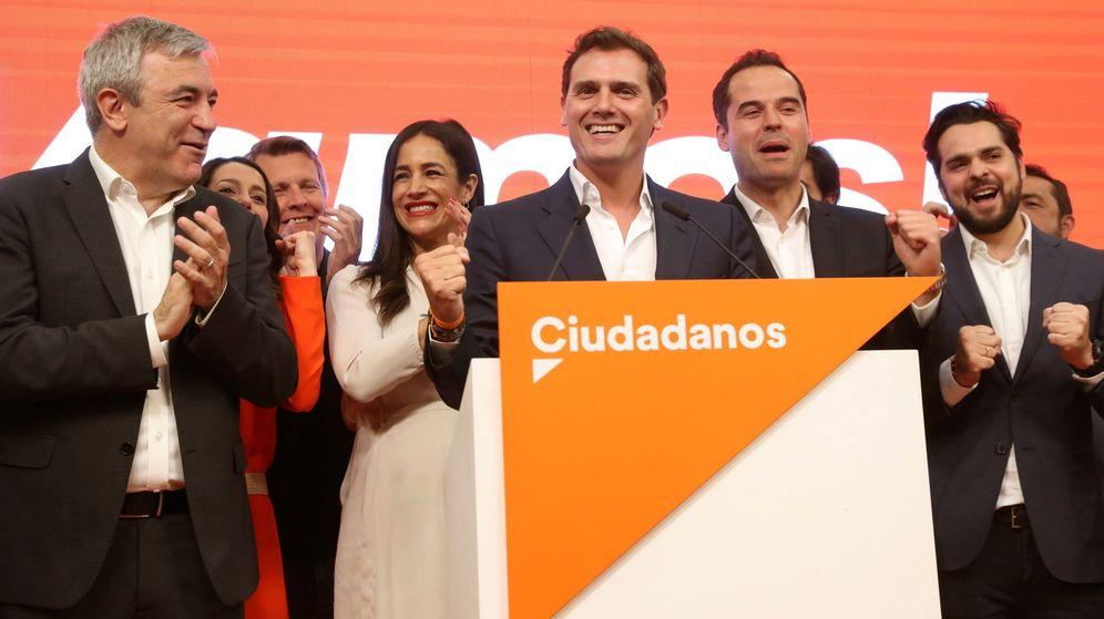 Foto: El líder de Ciudadanos, Albert Rivera (c), con el resto de su equipo durante su comparecencia en la sede del partido. (EFE)
