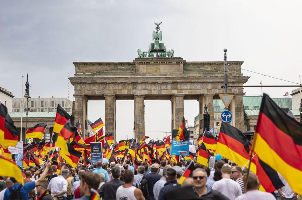 Foto: Manifestación de miembros de Alternativa para Alemania frente a la puerta de Brandenburgo, en Berlín, el pasado 27 de mayo de 2018. (EFE)