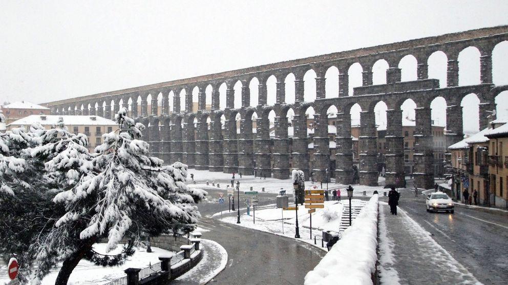 El acueducto de Segovia va al 'médico' tras la caída de una pequeña piedra