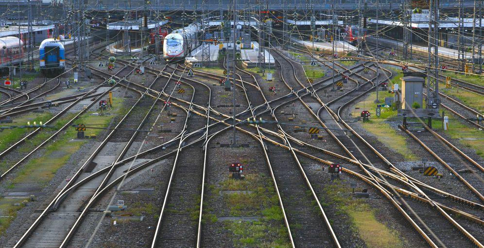 Foto: Vías y semáforos ferroviarios son algunos de los elementos que pueden sufrir un ataque informático. (Reuters)