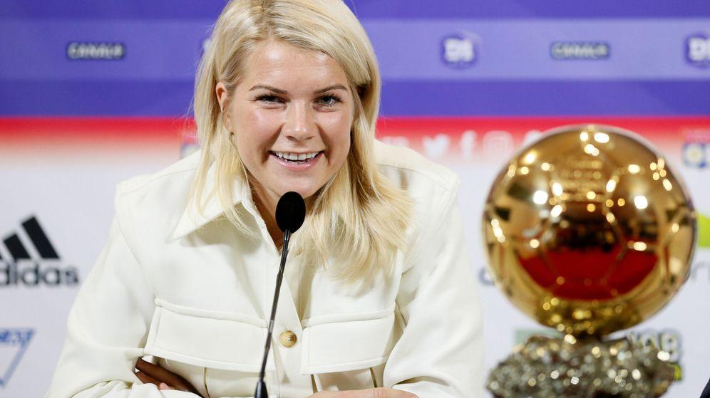 Foto: La noruega Ada Hegerberg, que juega en el Olympique de Lyon, con el Balón de Oro. (Reuters)