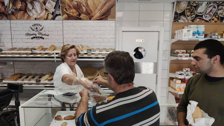 Pepita despacha a sus clientes en la panadería de Isla Plana.