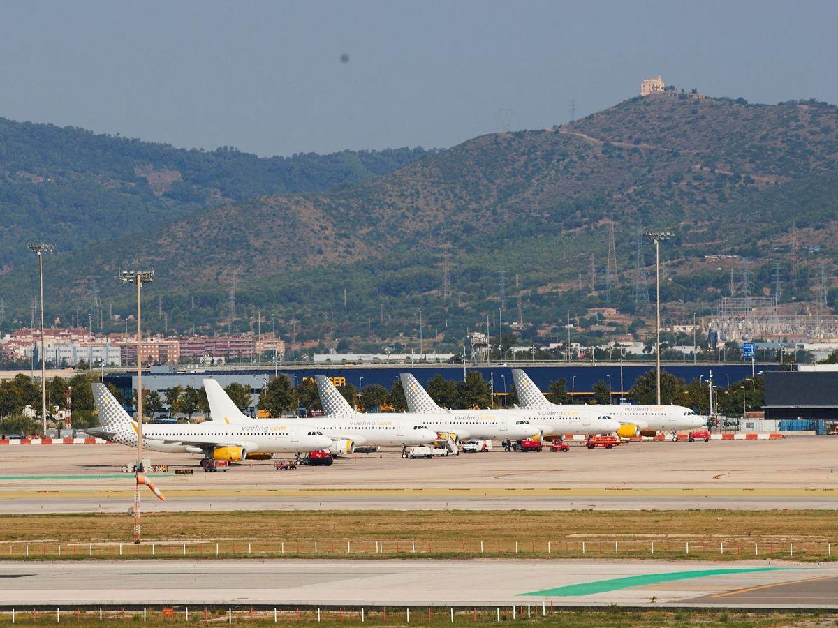 Foto: Varios aviones de la compañía Vueling, en el aeropuerto de El Prat. (EFE)