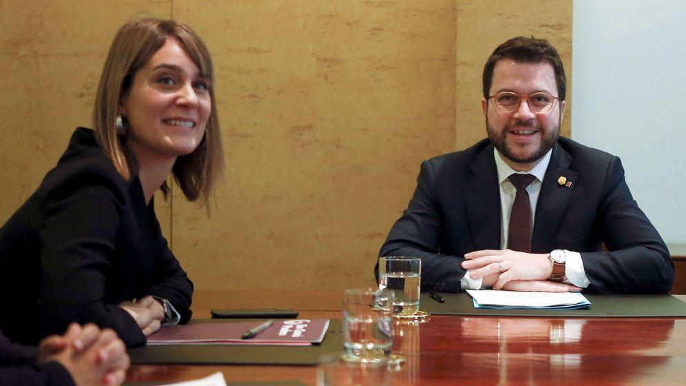 Foto: El vicepresidente de la Generalitat y conseller de Economía, Pere Aragonès (d), y la presidenta del grupo parlamentario de Catalunya En Comú Podem, Jéssica Albiach (i) (EFE)