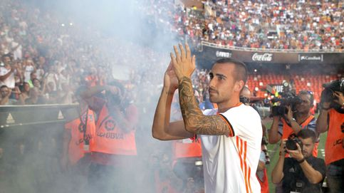 Mestalla 'on fire': bronca a Dani Parejo y ovación cerrada para Paco Alcácer