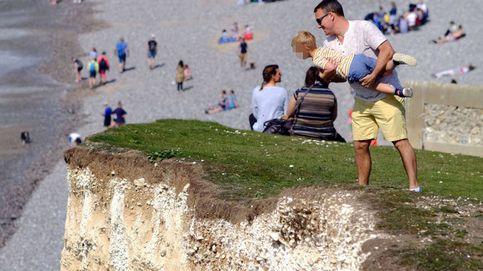 Sostienen a un niño en el aire por encima de un precipicio de 100 metros de altura