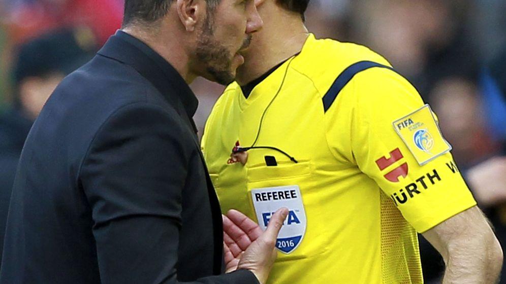 Foto: Simeone dialoga con un árbitro. (EFE)