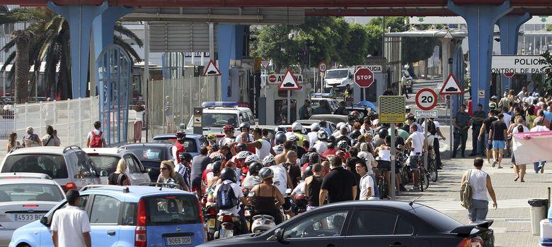 Foto: Los accesos a Gibraltar se colapsan hasta formarse colas de dos horas por la intensificación de los controles policiales en la frontera. (EFE)