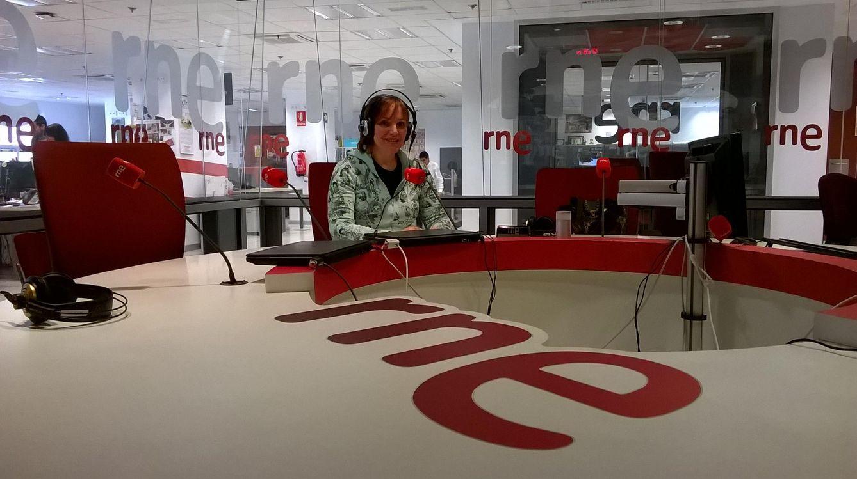 Foto: La periodista Corina Vasilopoulou durante una entrevista en RNE (Vanitatis)