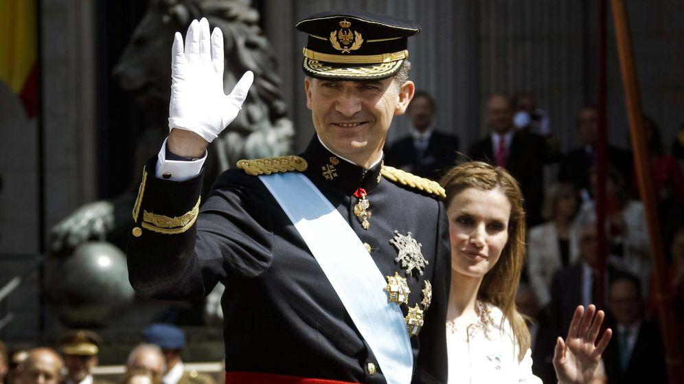 Foto: El rey Felipe VI preside a las puertas del Congreso el primer desfile militar tras su proclamación. (EFE)