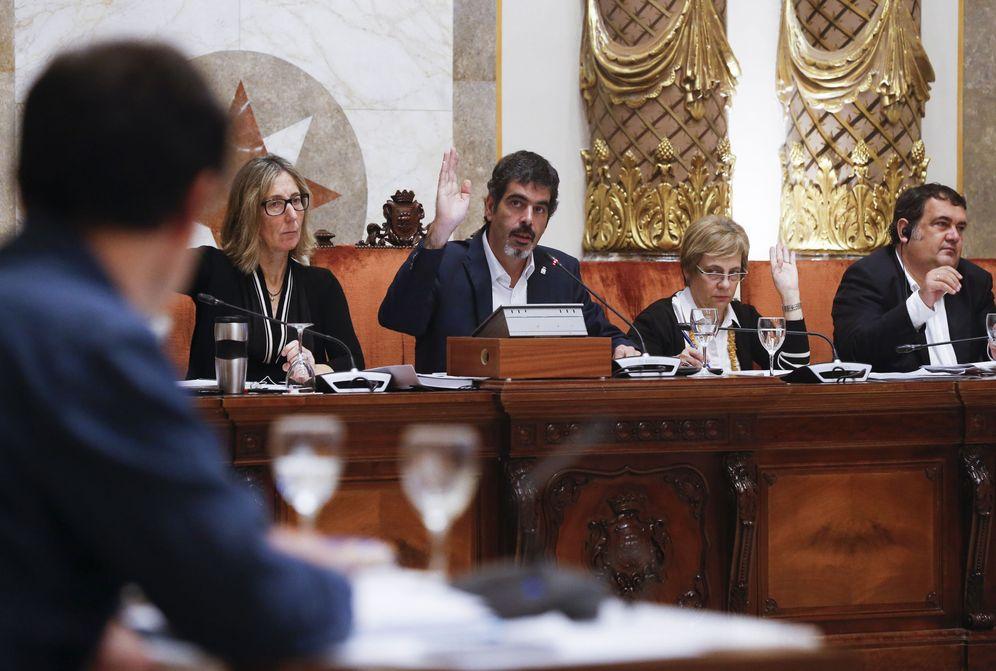 Foto: El alcalde de San Sebastián, Eneko Goia (en el centro), durante una sesión plenaria. (EFE)