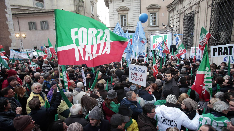 Miembros de Forza Italia y partidarios de Berlusconi participan en una manifestación en su apoyo en Roma, en noviembre de 2013. (Reuters)