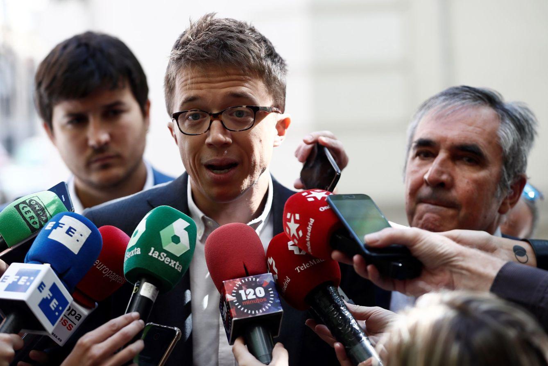 Íñigo Errejón, atendiendo a los medios de comunicación. (EFE)
