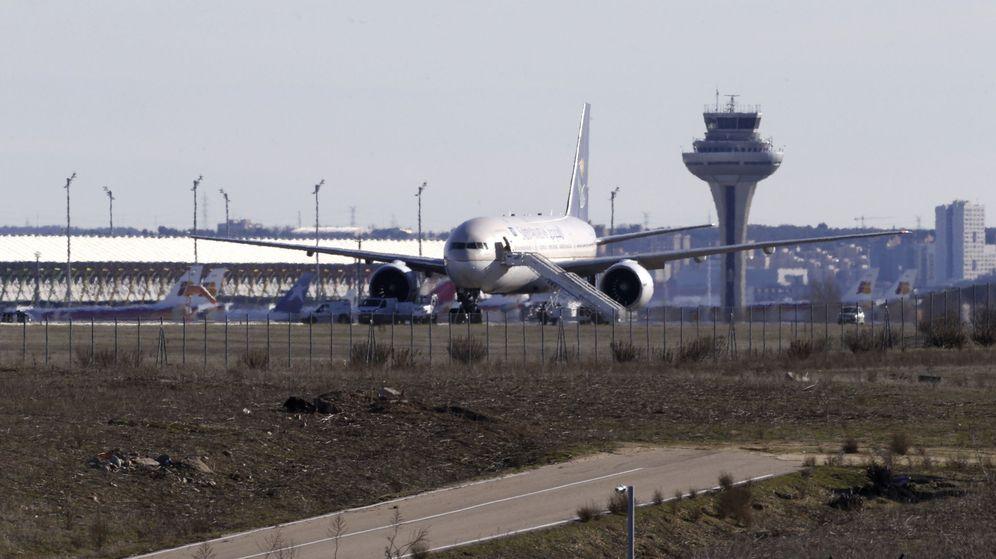 Foto: Imagen de archivo de un avión en el Aeropuerto de Madrid Barajas-Adolfo Suárez. (EFE)