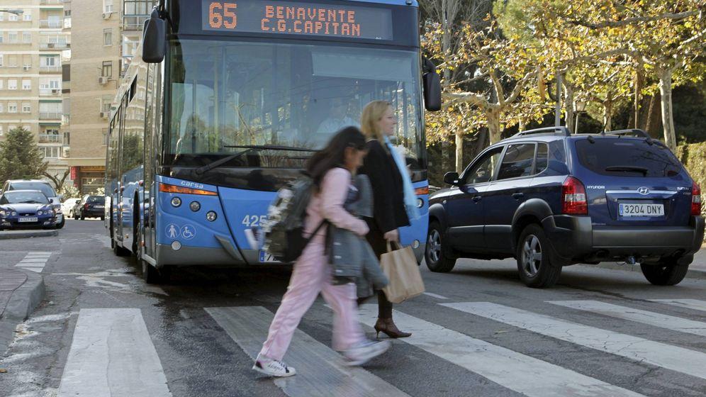 Foto: Imagen de archivo de un autobús de Madrid. (EFE)