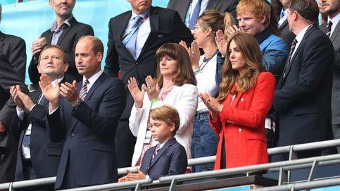 Con miniamericana y a juego con papá: George, en el fútbol con Guillermo y Kate