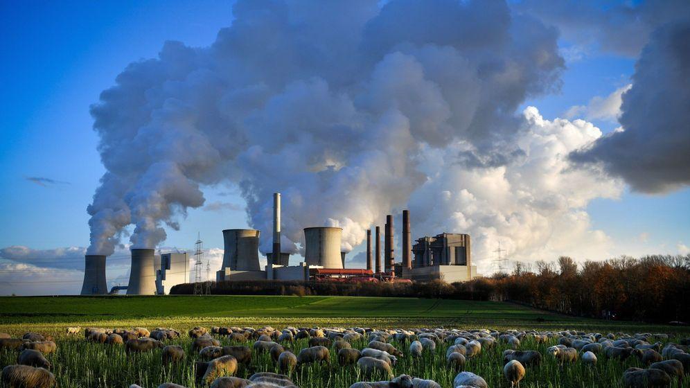 Foto: Columnas de humo en una fábrica en Alemania. (EFE)