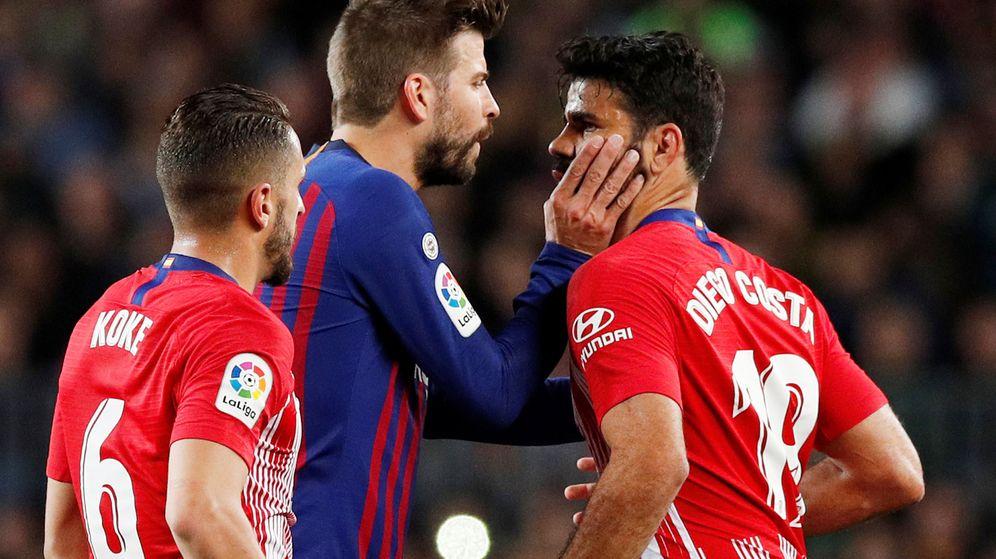 Foto: Piqué intentó tranquilizar a Diego Costa tras la expulsión. (Reuters)