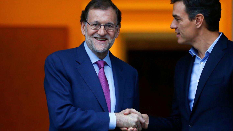 Mariano Rajoy saluda a Pedro Sánchez en La Moncloa, el pasado 6 de julio. (Reuters)
