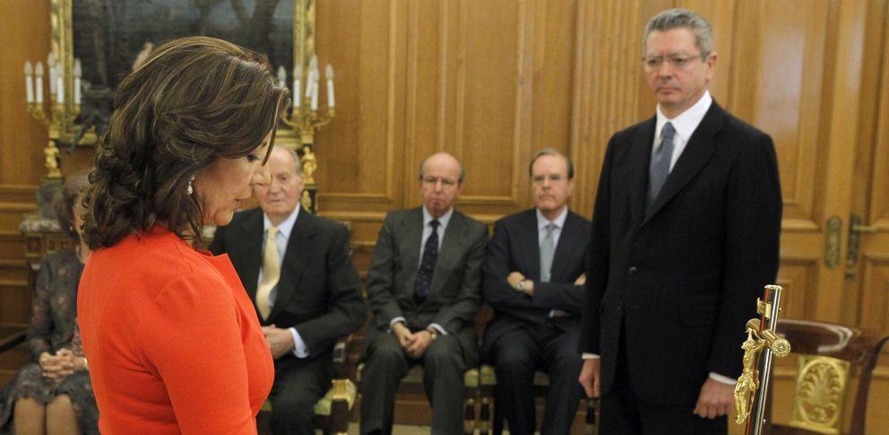 Toma de posesión de los nuevos vocales del CGPJ, con el Rey Juan Carlos y Alberto Ruiz-Gallardón (EFE)