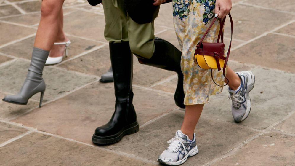 Foto: Las zapatillas confirman su reinado en el street style de eventos como la Semana de la Moda de Londres. (Imaxtree)
