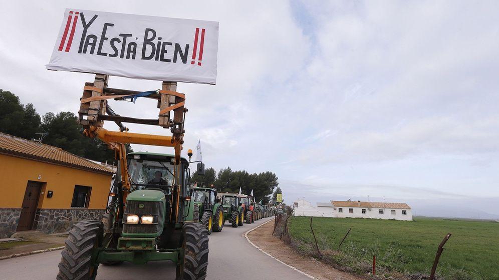 Foto: Agricultores montados en sus tractores esperan a la entrada de los Llanos de Antequera (Málaga) (EFE)
