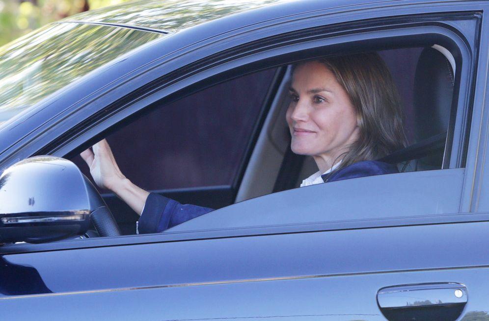 Foto: La reina Letizia saluda desde el coche. (Gtres)