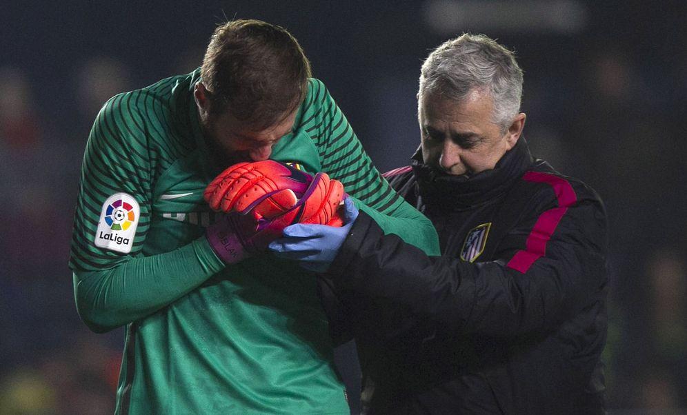 Foto: Jan Oblak, junto al doctor Villalón, jefe de los servicios médicos del Atlético de Madrid (EFE)