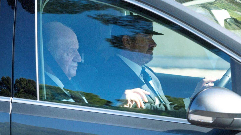 El rey don Juan Carlos, en el coche que lo llevó de camino a la ceremonia. (EFE)