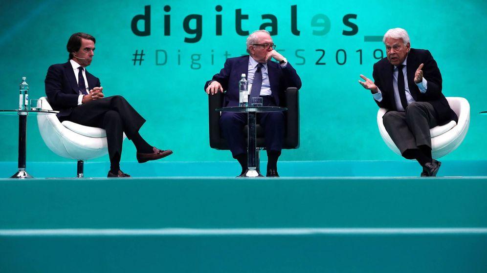 Foto: Los expresidentes del Gobierno Felipe González (d) y José María Aznar (i) participan en un debate sobre cómo la tecnología continuará transformando la sociedad. (EFE)