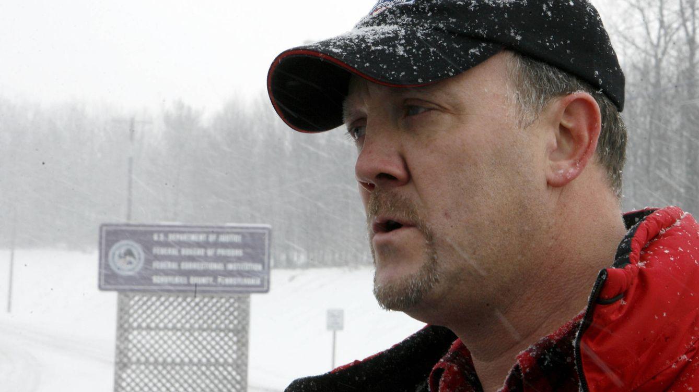 Foto: Bradley Birkenfeld, en su última comparecencia ante los medios antes de entregarse a las autoridades en 2010. (Reuters/Tim Shaffer)