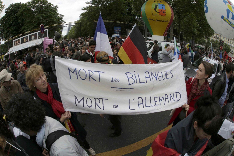 """Foto: Profesores franceses protestan en París contra la reforma educativa con un cartel que reza: """"La muerte del bilingüismo"""". (Reuters)"""