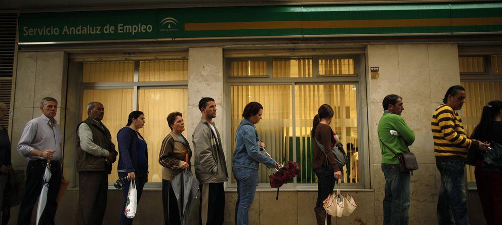 Foto: Ciudadanos desempleados forman una cola ante un oficina de empleo en el centro de Málaga, en una imagen de archivo. (Reuters)