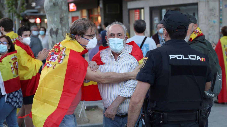 Vecinos del madrileño barrio de Moratalaz participan el miércoles en una nueva cacerolada contra del Gobierno (EFE)