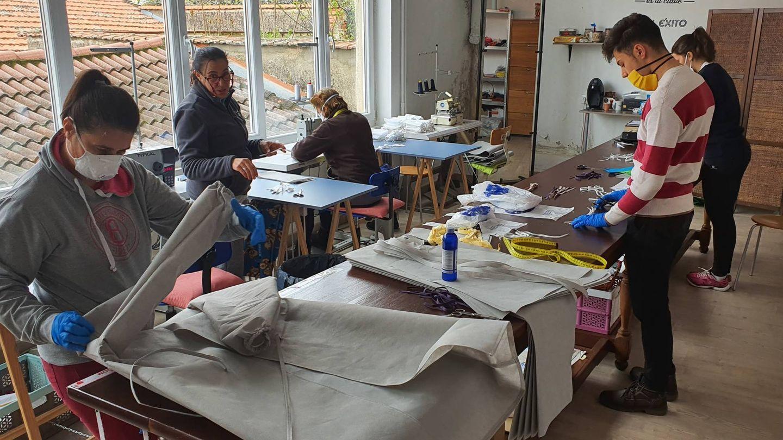 Uno de los talleres de Béjar, produciendo material de protección. (Foto proporcionada por Sergio Márquez)