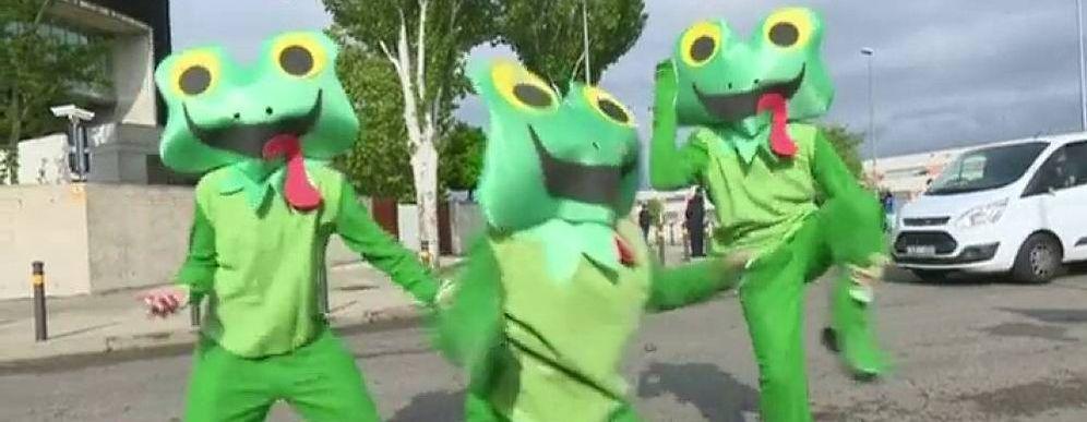 Foto: Las ranas que esperaron a Esperanza Aguirre en la Audiencia (laSexta)