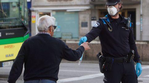 Desafía a la Policía fumando y sin mascarilla pidiendo que lo detengan para comer gratis