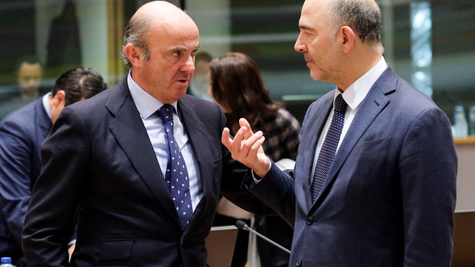 Foto: El ministro español de Economía, Luis de Guindos (izq), conversa con el comisario europeo de Economía y Asuntos Financieros, Pierre Moscovici. (EFE)