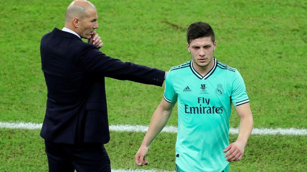 Foto: Luka Jovic, con gesto serio, es sustituido por Zidane en el partido contra el Valencia de la Supercopa de España. (Efe)