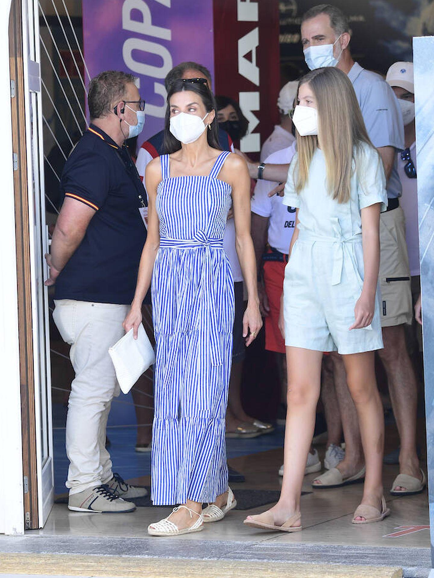 La reina con su bolso de mano blanco y vestido estilo marinero. (Limited Pictures)