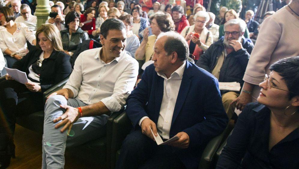 Foto: El secretario general del PSOE, Pedro Sánchez, conversa con el candidato a la presidencia de la Xunta de Galicia por el PSdeG PSOE, Xoaquín Fernández Leiceaga. (EFE)