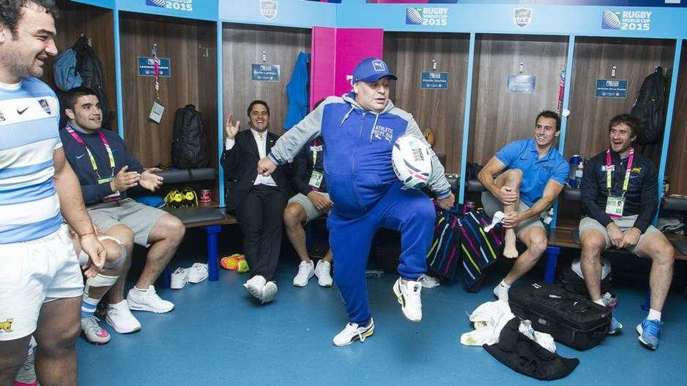 Foto: Maradona, dando toque al oval en el vestuario de argentina.