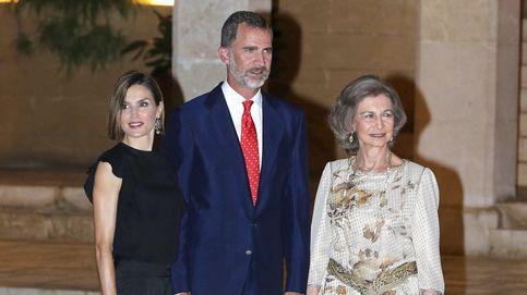 Negro y transparencias para la segunda recepción de la Reina en La Almudaina