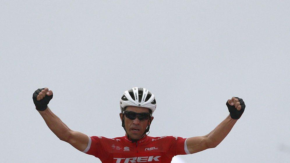 Foto: Alberto Contador celebra su victoria al cruzar la línea de meta en el Angliru. (EFE)