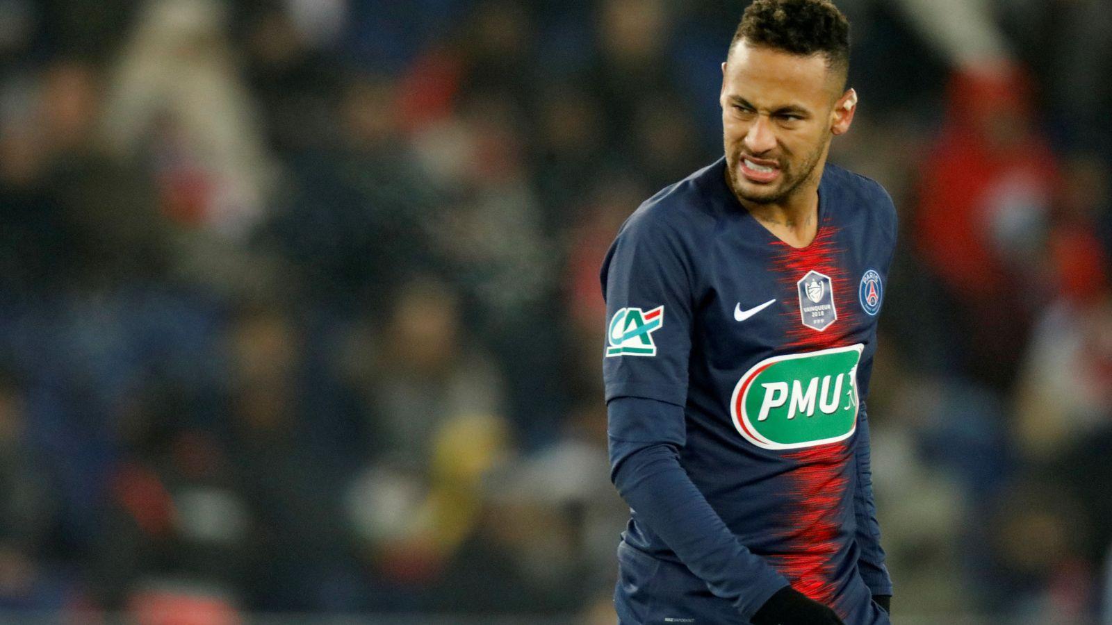Foto: Neymar se duele después de una entrada en el partido entre el PSG y el Estrasburgo. (AFP)