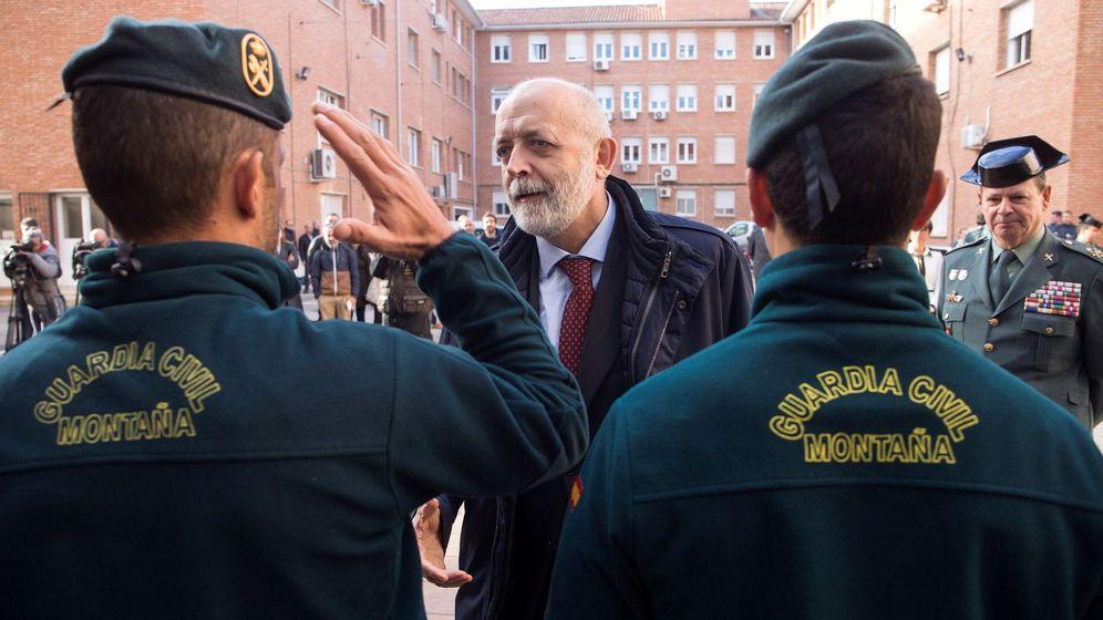 Foto: El director general de la Guardia Civil, Félix Azón, saluda a los agentes de montaña que han participado durante trece días en el operativo de rescate de Julen. (EFE)