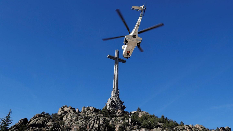 Vista del helicóptero que traslada los restos de Francisco Franco tras su exhumación del Valle de los Caídos (EFE)