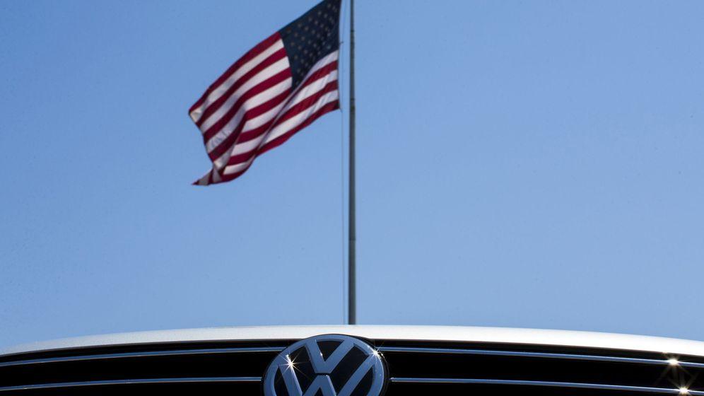 Foto: Coche de Volkswagen delante de una bandera de EEUU. (Reuters)