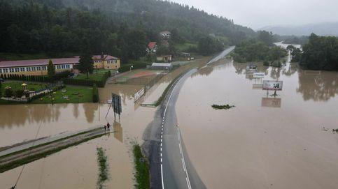 Reapertura de los colegios en Yakarta y carreteras inundadas en Polonia: el día en fotos