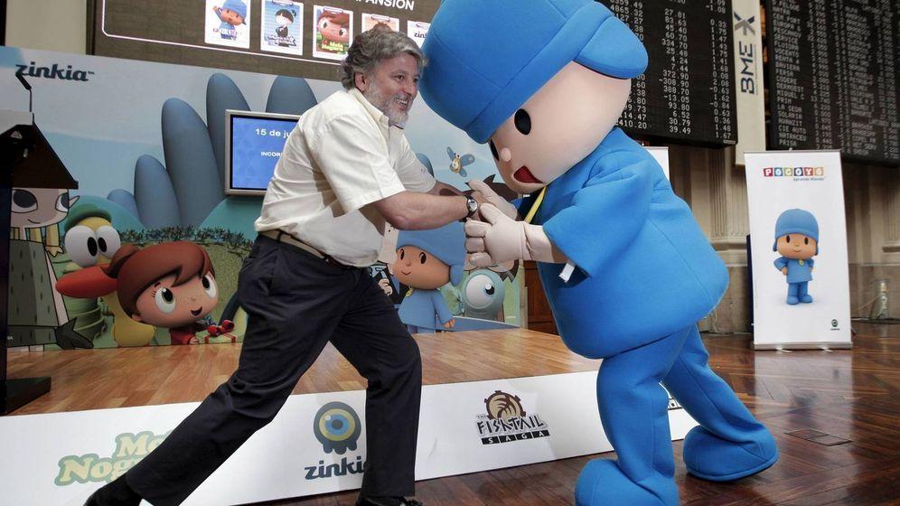 Foto: José María Castillejo, expresidente de Zinkia, y el mismísimo Pocoyó, en la bolsa. (EFE)